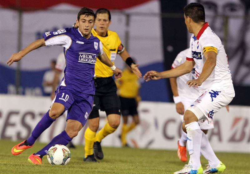 El jugador del Defensor Sporting Giorgian de Arrascaeta (i) es marcado por Raúl Piris (d), de Nacional. EFE