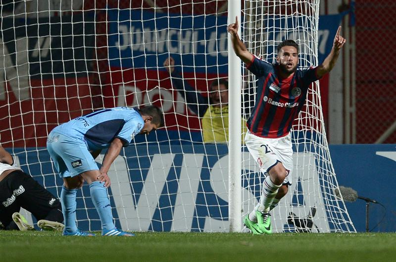 El jugador de San Lorenzo Emmanuel Mas celebra después de anotar un gol ante Bolívar. EFE