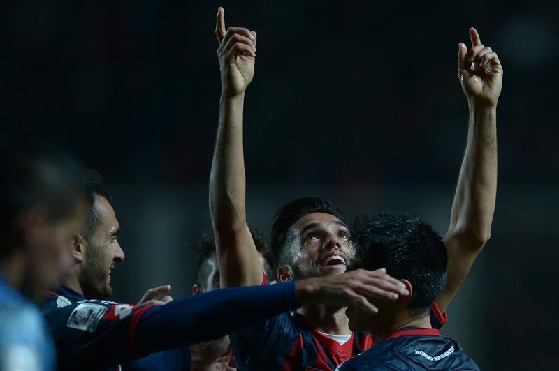 El jugador de San Lorenzo Emmanuel Mas (c) celebra después de anotar un gol ante Bolívar. EFE