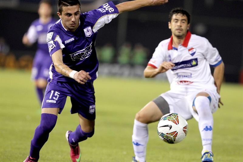 El jugador del Defensor Sporting Leonardo Pais (i) recibe el balón ante la marca de Julián Alfonso Benítez (d), de Nacional. EFE