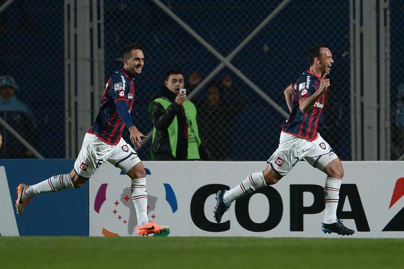 El jugador de San Lorenzo Mauro Matos (d) celebra después de anotar un gol ante Bolivar. EFE
