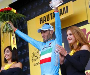 El líder de la clasificación general, el italiano Vincenzo Nibali del equipo Astana, celebra en el podio su victoria. EFE