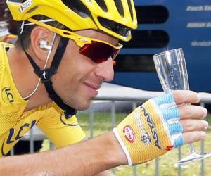 Níbali brindó por su triunfo en el Tour mientras Kittel ganó en los Campos Elíseos. Foto: EFE.