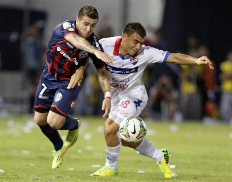 El jugador de San Lorenzo Julio Buffarini (i) disputa el balón con Derlis Orué (d), de Nacional. EFE