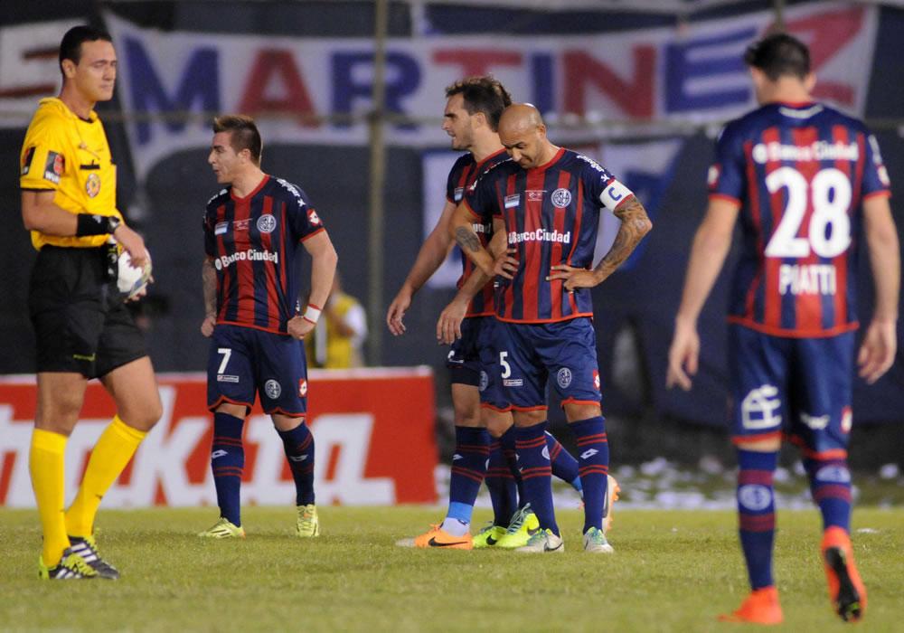 Un grupo de jugadores de San Lorenzo se lamenta tras finalizar ante Nacional. EFE
