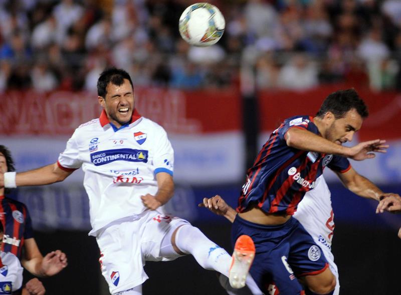 Jugadores de San Lorenzo celebran el gol de Mauro Matos contra el Nacional. EFE
