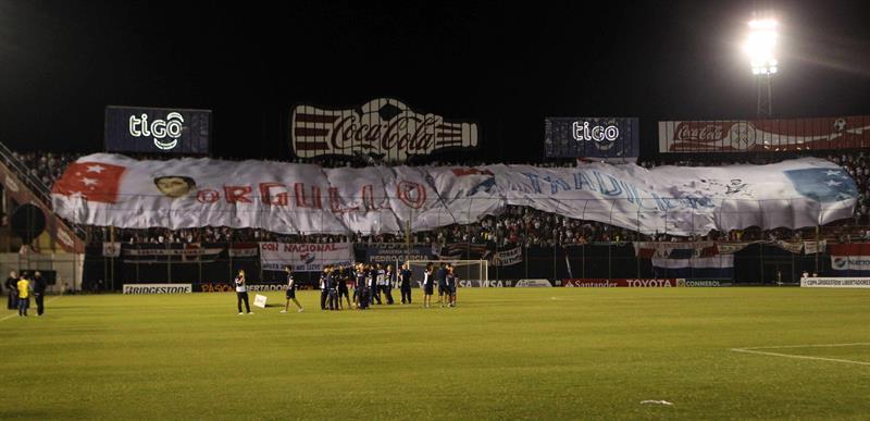 Aficionados de Nacional animan a su equipo antes del primer partido por la final de la Copa Libertadores. EFE
