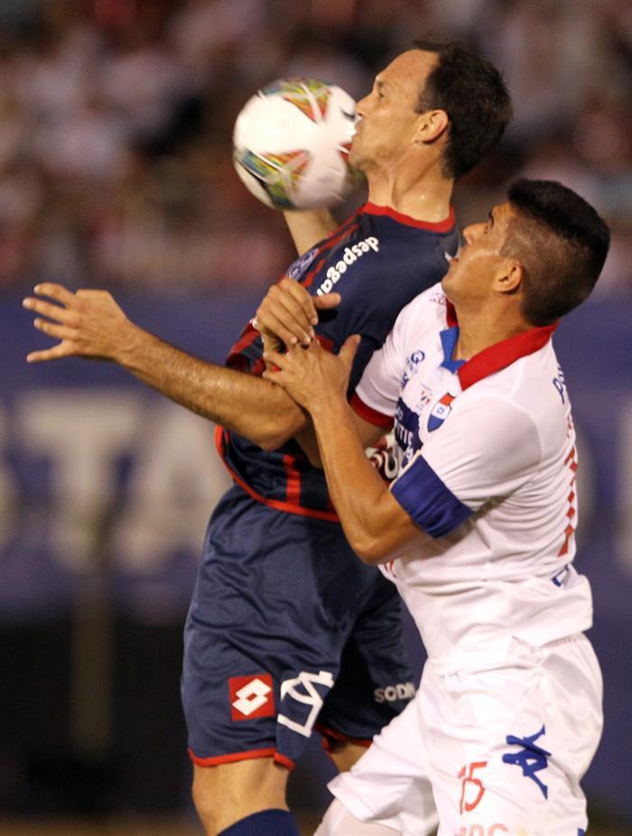 El jugador de San Lorenzo Mauro Mats (i) disputa el balón con Raúl Píris (d) de Nacional. EFE