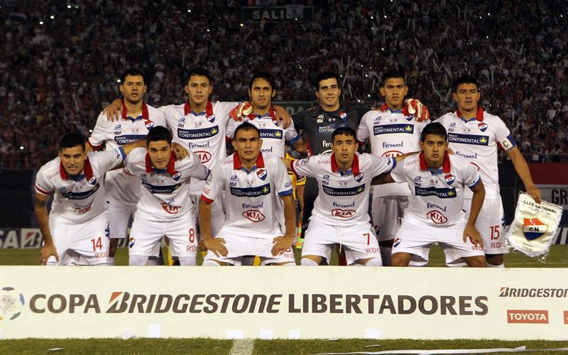 Jugadores de Nacional posan antes del primer partido por la final de la Copa Libertadores. EFE