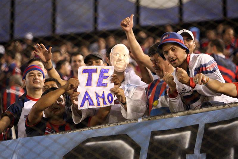 Aficionados del San Lorenzo animan a su equipo  antes del primer partido por la final de la Copa Libertadores. EFE