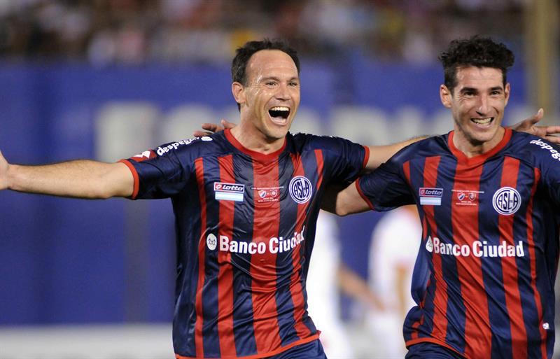 El jugador de San Lorenzo de Mauro Matos celebra después de anotar contra el Nacional. EFE