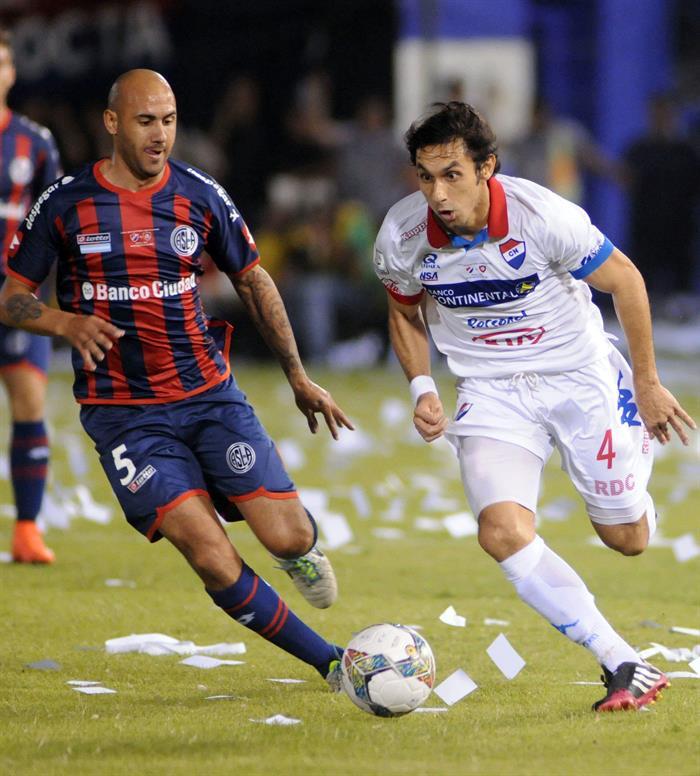 El jugador de San Lorenzo Emmanuel Mas (i) disputa el balón con Marcos Melgarejo (d) de Nacional. EFE