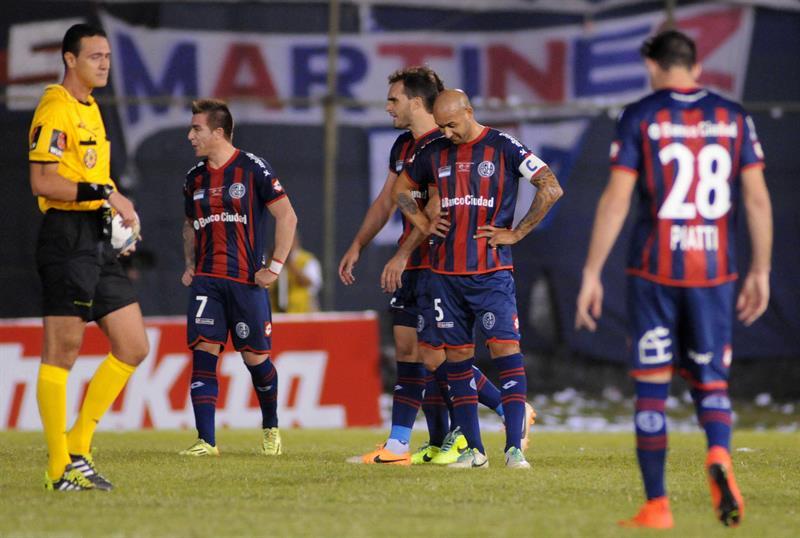 El jugador del Nacional Julio Santa Cruz (c) celebra un gol ante San Lorenzo. EFE