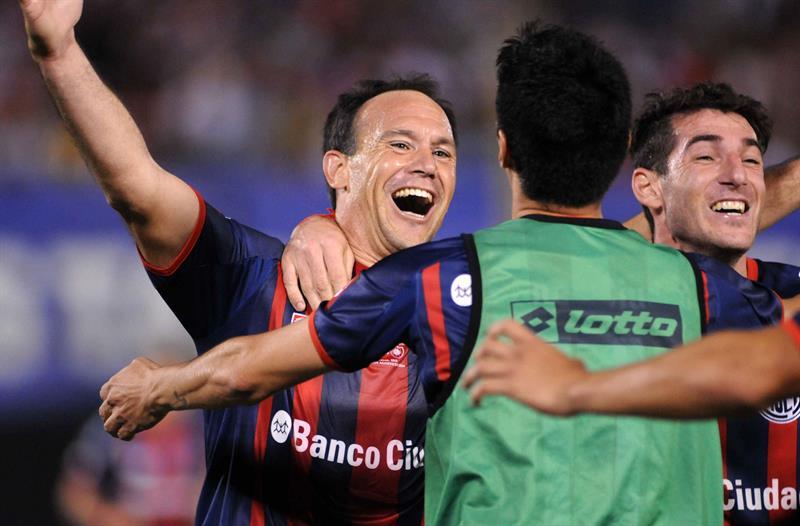 El jugador de San Lorenzo de Mauro Matos (i) celebra después de anotar contra el Nacional. EFE