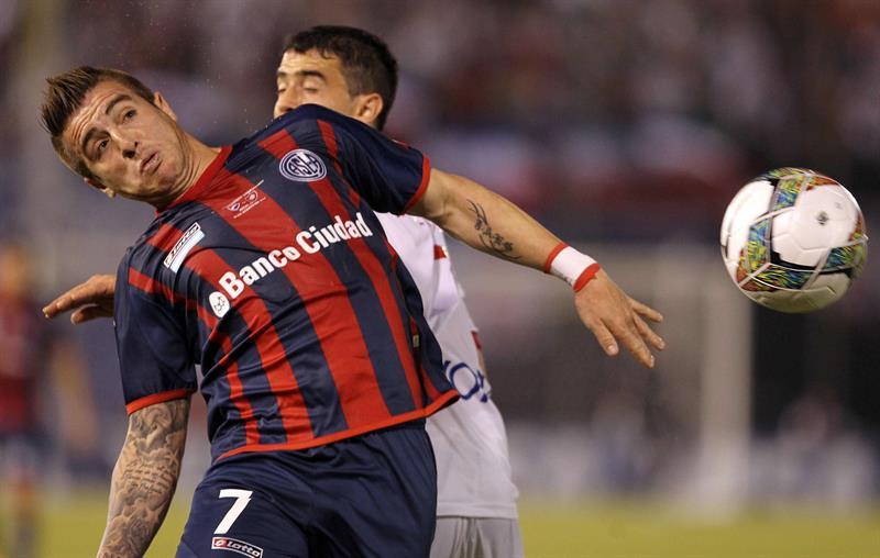 El jugador de San Lorenzo Enmanuel Mas (d) disputa el balón con Ramón Coronel de Nacional. EFE