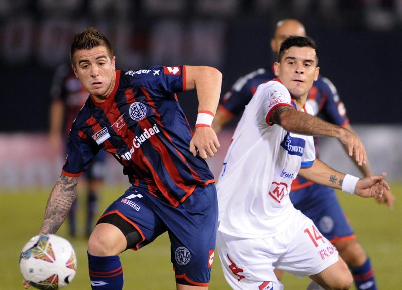 El técnico del San Lorenzo de Argentina, Edgardo Bauza, da indicaciones a sus jugadores ante el Nacional de Paraguay. EFE