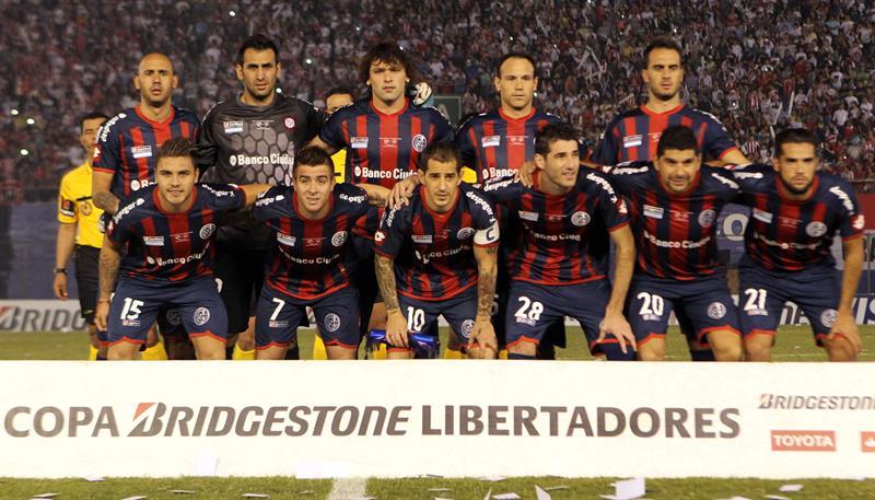 Jugadores de San Lorenzo posan antes del primer partido por la final de la Copa Libertadores. EFE