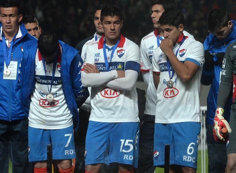 Jugadores de Nacional observan a los de San Lorenzo celebrar tras ganar la final de la Copa Libertadores. EFE