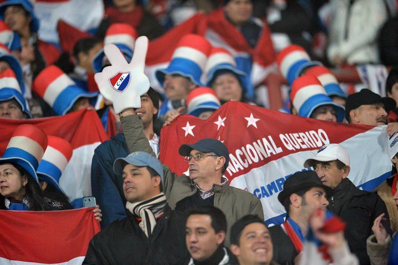Aficionados de Nacional asisten al partido por la final de la Copa Libertadores. EFE