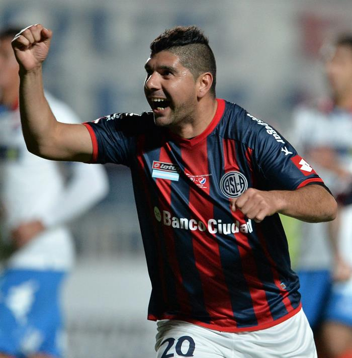 El jugador de San Lorenzo Néstor Ortigoza celebra después de anotar un gol ante Nacional. EFE