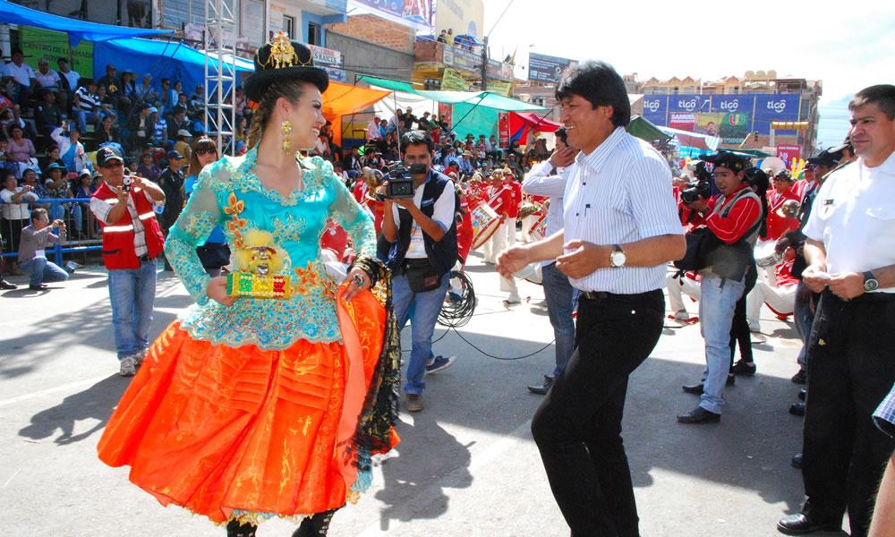 Miles de bailarines muestran su devoción por la Virgen de Urkupiña