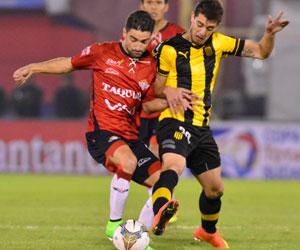 Peñarol clasifica goleando a Wilstermann en Cochabamba