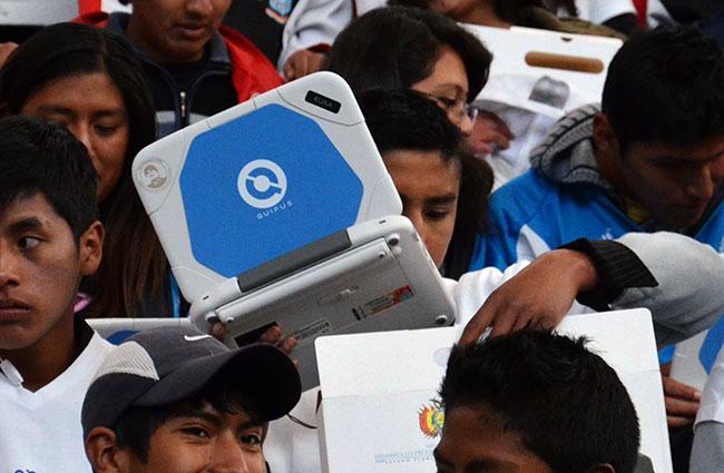 Las computadoras Quipus se entregan gratuitamente a estudiantes de secundaria del país. Foto: ABI