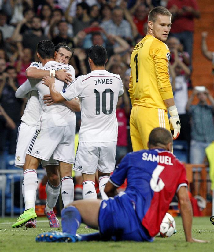 El delantero portugués del Real Madrid Cristiano Ronaldo (i) celebra su gol, tercero del equipo, con el galés Gareth Bale. Foto: EFE