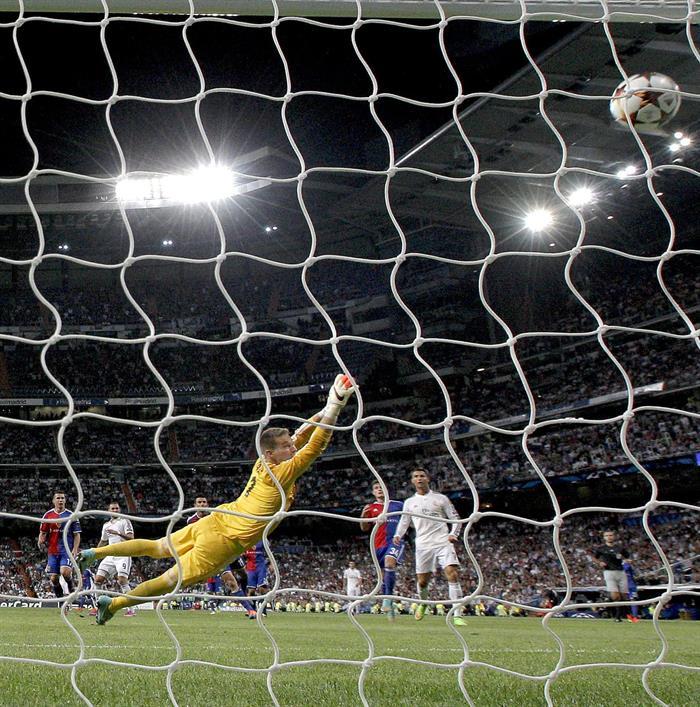 El portero Checo del FC Basilea Tomas Vaclik encaja el quinto gol del Real Madrid, conseguido por el francés Karim Benzemá. Foto: EFE