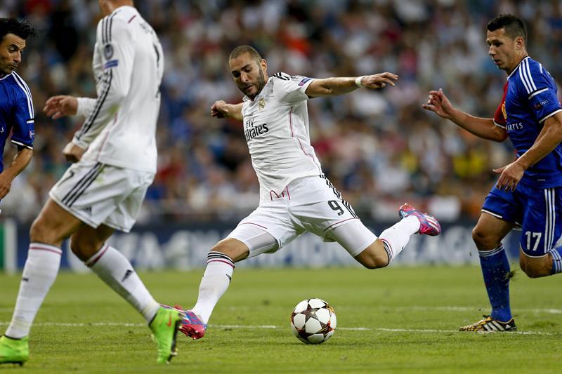 El delantero francés del Real Madrid Karim Benzemá (c) lanza a puerta para conseguir el quinto gol del equipo. Foto: EFE