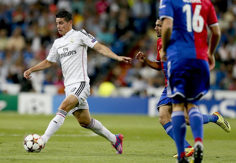 El centrocampista colombiano del Real Madrid James Rodríguez controla el balón. Foto: EFE