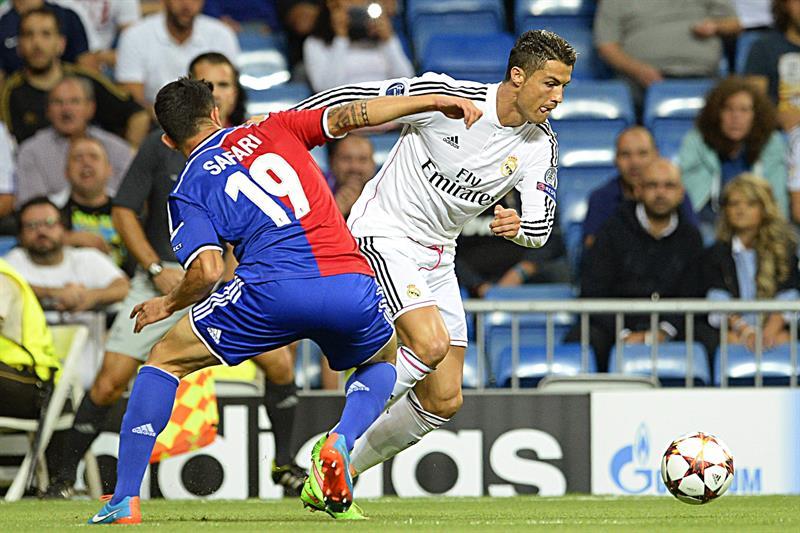El delantero portugués del Real Madrid, Cristiano Ronaldo (d) lucha por el balón con el defensa sueco Behrang Safari. Foto: EFE
