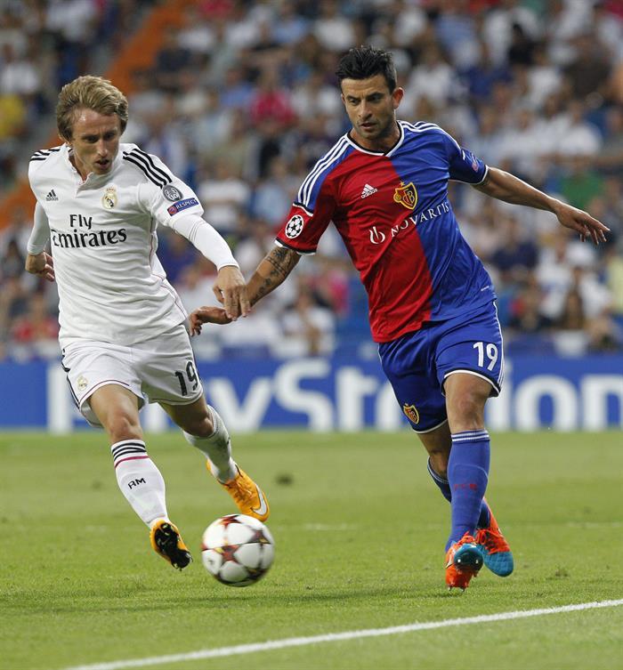 El centrocampista croata del Real Madrid Luka Modric (i) y el centrocampista del Basilea Behrang Safari. Foto: EFE