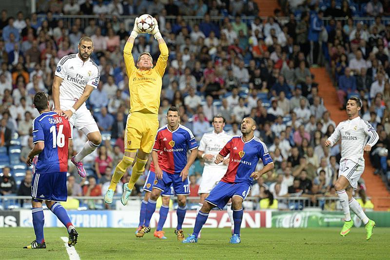 El portero del FC Basilea, Tomas Vaclik (c) atrapa el balón ante la presencia del delantero francés del Real Madri. Foto: EFE