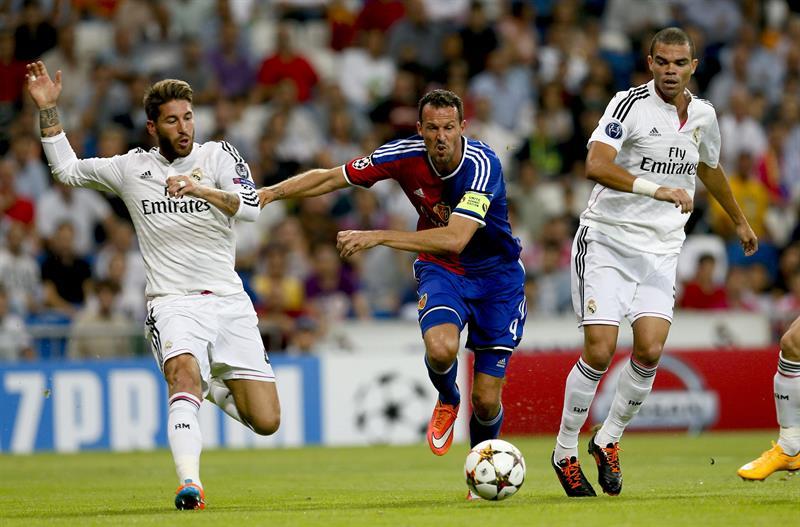 """Los defensas del Real Madrid Sergio Ramos (i) y Képler laveran """"Pepe"""" (d) luchan el balón con el delantero Marco Streller. Foto: EFE"""