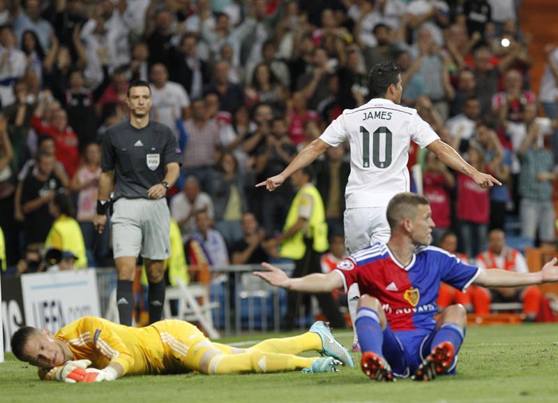 El centrocampista colombiano del Real Madrid James Rodríguez celebra su gol, cuarto del equipo, durante el partido frente al FC Basilea. Foto: EFE