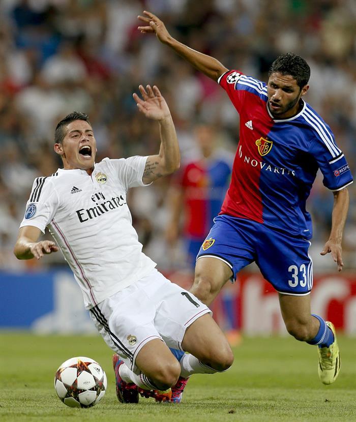 El centrocampista colombiano del Real Madrid James Rodríguez (d) lucha el balón con el centrocampista egipcio Mohamed. Foto: EFE