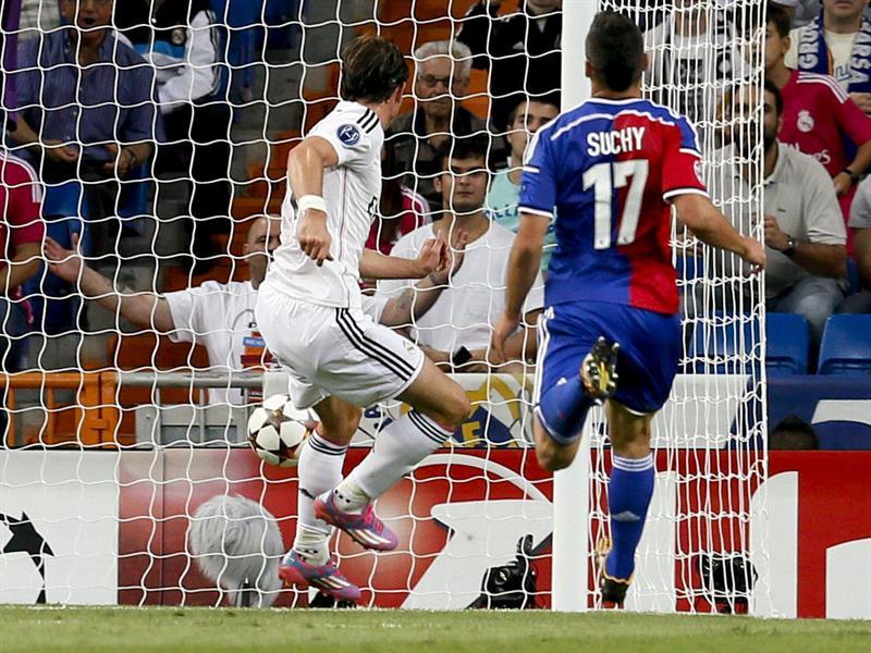 El delantero galés del Real Madrid Gareth Bale (i) consigue el segundo gol del equipo. Foto: EFE