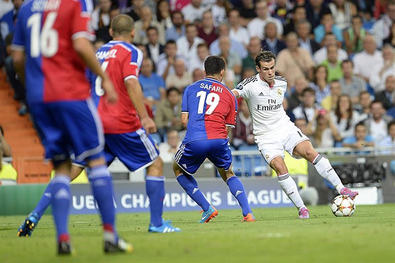El centrocampista galés del Real Madrid, Gareth Bale (d) controla el balón. Foto: EFE