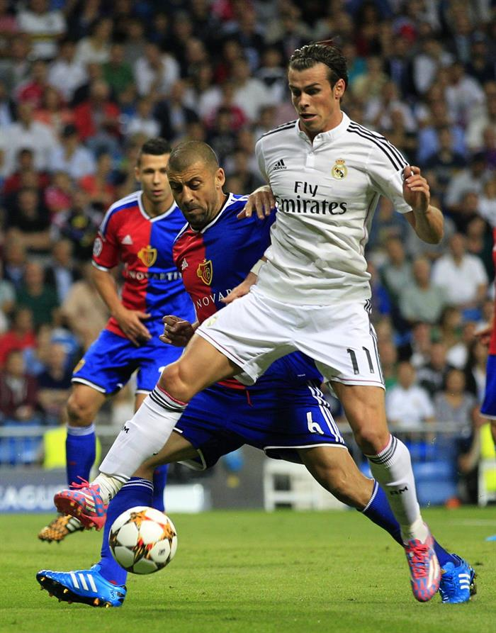 Los delantero galés del Real Madrid Gareth Bale (d) lucha el balón con Walter Samuel (i). Foto: EFE