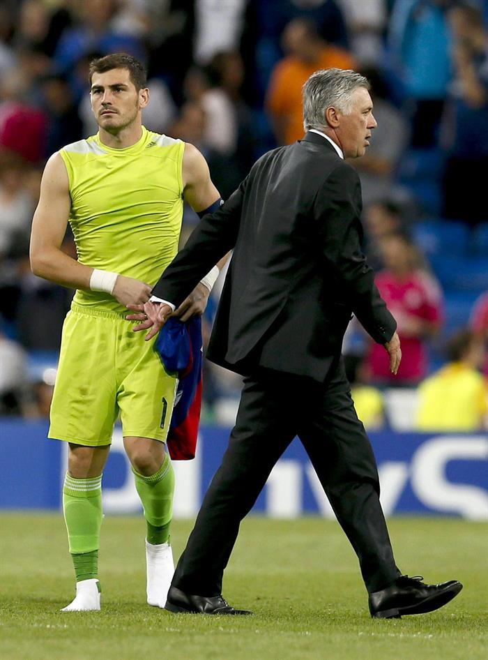 El entrenador italiano del Real Madrid Carlo Ancelotti (d) saluda al portero Iker Casillas tras el partido de la primera jornada de la fase de grupos. Foto: EFE