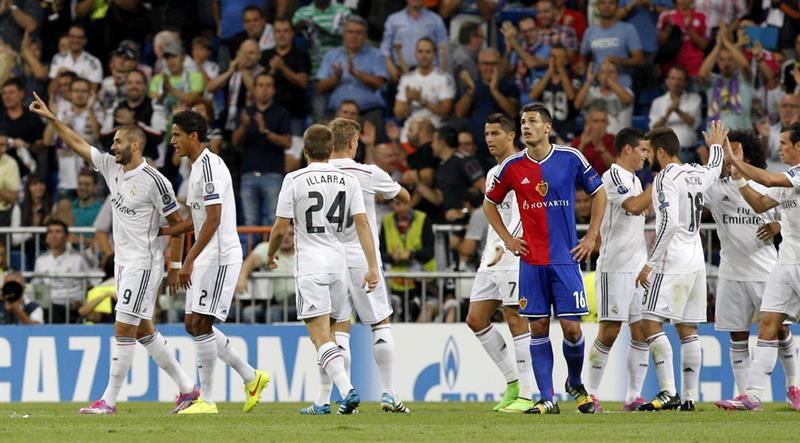 El delantero francés del Real Madrid Karim Benzemá (i) celebra su gol, quinto del equipo, con su compatriota Raphael Varane. Foto: EFE