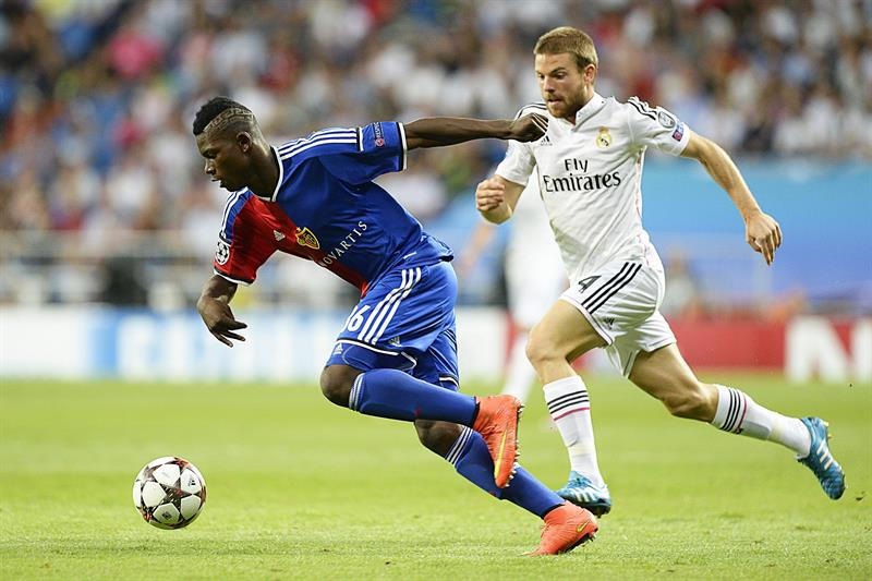El centrocampista del Real Madrid, Asier Illarramendi (dcha), pelea por el baló con el jugador del FC Basilea. Foto: EFE