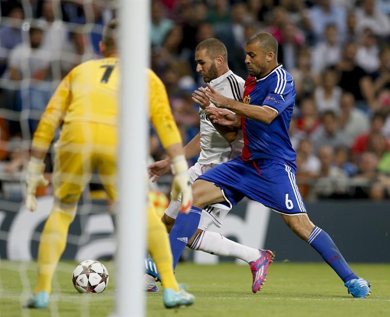 El delantero francés del Real Madrid Karim Benzemá (c) y el defensa del Basilea Walter Samuel. Foto: EFE