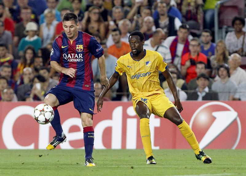 El delantero del FC Barcelona Lionel Andrés Messi (i) controla el balón ante el centrocampista del Apoel Vinicius Oliveira. Foto: EFE