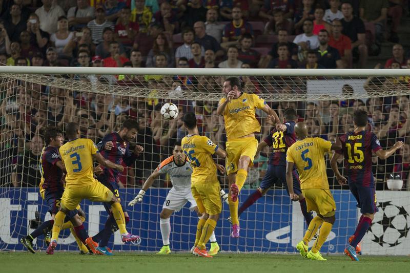 El defensa del FC Barcelona Gerard Piqué (3i) remata de cabeza para marcar el 1-0 ante el Apoel. Foto: EFE