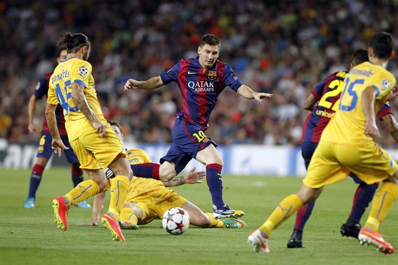 El delantero argentino del FC Barcelona Lionel Messi (c), con el balón ante varios jugadores del Apoel. Foto: EFE
