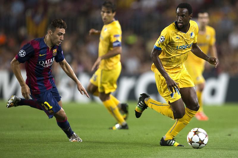 El delantero del FC Barcelona Munir El Haddadi (i) disputa un balón. Foto: EFE