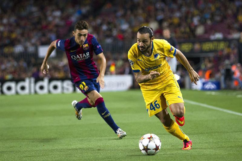 El centrocampista del Apoel Efstathios Aloneftis (d) con el balón ante el delantero del FC Barcelona Munir El Haddadi. Foto: EFE