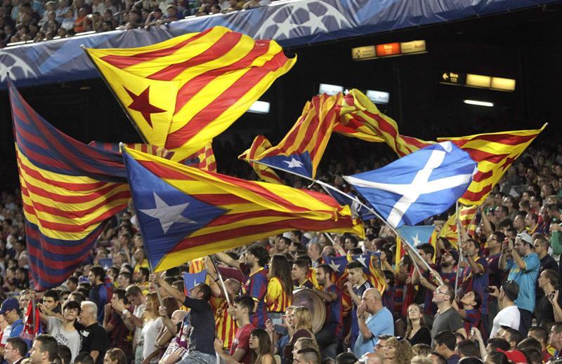 Seguidores del FC Barcelona animan a su equipo durante el partido de la primera jornada de la Champions. Foto: EFE